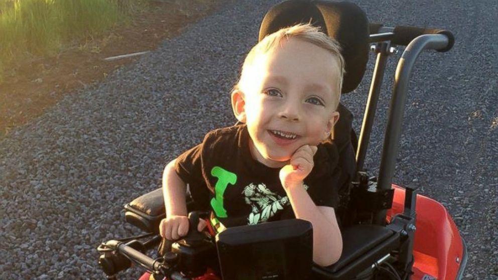 Logan Roninger tem 4 anos de idade e nunca andou antes